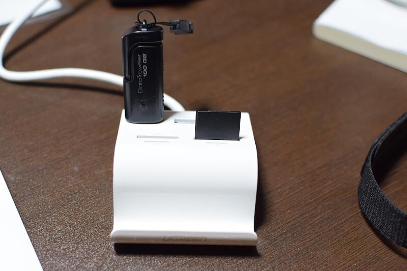 UGREEN カードリーダー USB3.0 ハブ 3ポート搭載 SDマルチカードリーダー 刺した様子